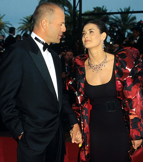 Válás 11 év után                         Bár egyike voltak az irigyelt hollywoodi álomházasságoknak, a Willis-Moore páros végül 11 év után különvált, hivatalos válásukat 2000-ben mondta ki a bíróság. Három lányukat közösen nevelik.