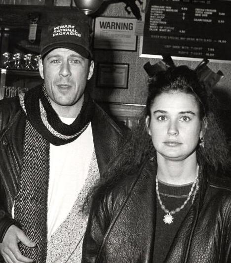 Bruce és Demi                         A Zsarulesen című film premierjén ismerkedett meg Demi Moore-ral, akivel 1987-ben össze is házasodtak.                         Kapcsolódó cikk:                         Ilyen se volt még! Jennifer Aniston és Demi Moore egy címlapon osztozott »