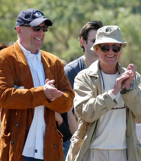 Jótékony Willis  A jótékonyság sem maradt ki Willis életéből. 2008-ban szívesen elfogadta Paul Newman meghívását, a színész The Painted Turtle elnevezésű táborába, ahol olyan gyerekek üdülhettek szüleikkel, akik súlyos betegségben szenvednek.