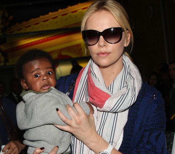 Charlize Theron ennivaló kis csokibőrű babáját márciusban fogadta örökbe - szerintünk ő a második legcukibb baba ezen a héten.