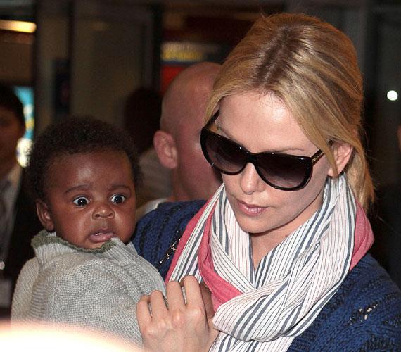 A színésznő adoptált fiát, Jacksont tartja a karjában. Vajon miért néz a pici ilyen rémülten?