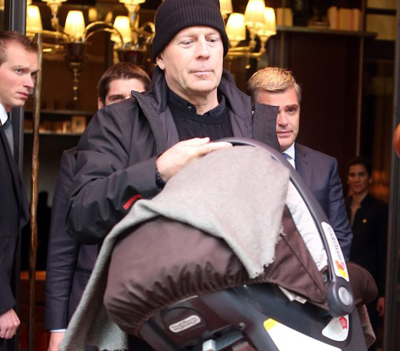 Még a szemfüles lesifotósok is csak ritkán tudják lencsevégre kapni a babát, a szülők nagyon ügyelnek rá, hogy ne készülhessen róla fotó.