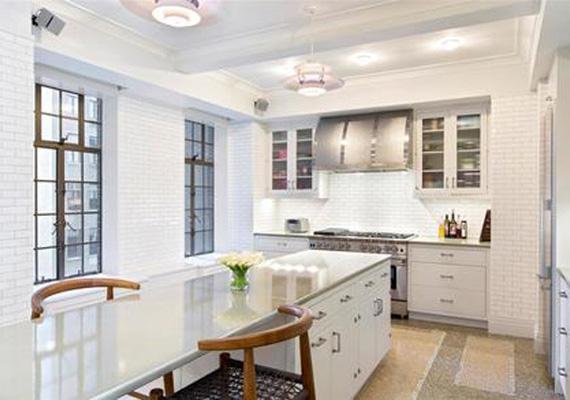 A hófehér konyha az U-alakú lakás északnyugati sarkában található, beépített étkezőpultjánál lehet előkészíteni a főzést, illetve néhány ember kényelmesen ehet is rajta. Mellette helyezkedik el egy mosó-szárító helyiség is.