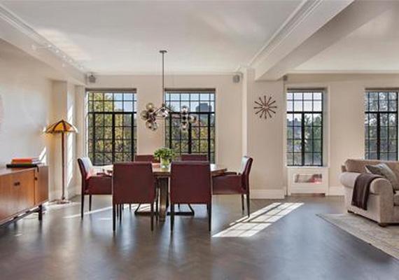 A lakás bejárati ajtaján keresztül rögtön a tágas, loft-szerű részbe lehet jutni, a több mint száz négyzetméteres területen helyet kapott az előszoba, a nappali és az étkező is.