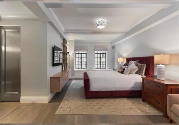 A bejárati ajtó nemesacélból készült, a lakásban pedig egy szofisztikált automata rendszer szabályozza a fűtést, a léghűtést, a világítást, az audiovizuális eszközöket és az elektromos árnyékolórendszert is.