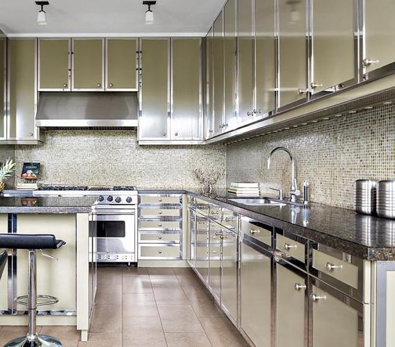 Bár az épület körülbelül százéves, a konyha berendezésén ez nem látszik, a tulajdonosokat modern eszközök és sok tárolóhelyiség várja.