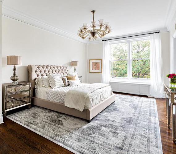 A fő hálószoba 31 négyzetméteres, helyet kapott benne egy hatalmas franciaágy, az ablakok itt is a Central Parkra néznek.