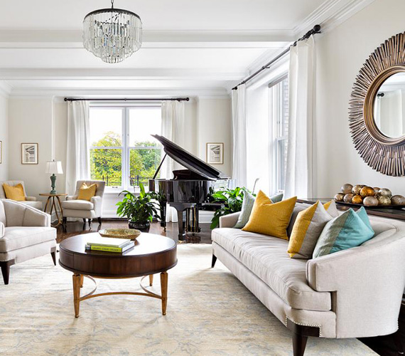 A nappalit a fehér szín uralja, a háttérben a fekete zongora kellemes kontrasztot nyújt.