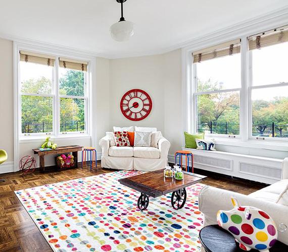 A gyerekszobában több a szín, mint a lakás többi helyiségében, játékos bútorok és tarka szőnyeg várják a kicsiket. Bruce Willisnek második feleségétől, Emma Hemmingtől két kislánya van, a hároméves Mabel és a májusban egyéves Evelyn.