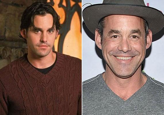 Nicholas Brendon, sorozatbeli nevén Alexander 'Xander' Harris 46 éves lesz jövő hónapban. A Buffy után több filmben szerepelt, valamint néhány epizód erejéig a Gyilkos elmékben is feltűnt. 2014-ben házasodott meg, de a frigy mindössze 4 hónapig tartott. A színésznek már többször is meggyűlt a baja a hatóságokkal - részegen randalírozott.