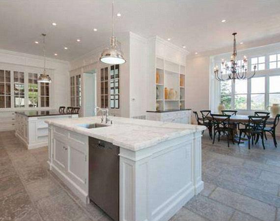 A térben elhelyezett konyhapultok megtörik a teret, de így rálátás nyílik az étkezőasztalra is, és a fény is jobban éri a lakókat, akár esznek, akár a konyhában tüsténkednek.