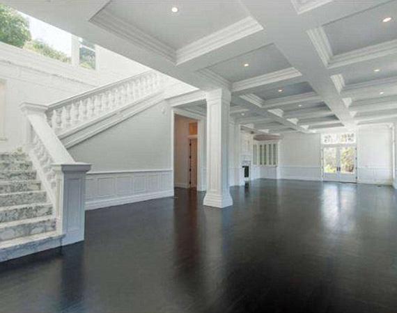 A hatalmas nappaliból márványozott lépcső vezet fel az emeleti hálószobákhoz.