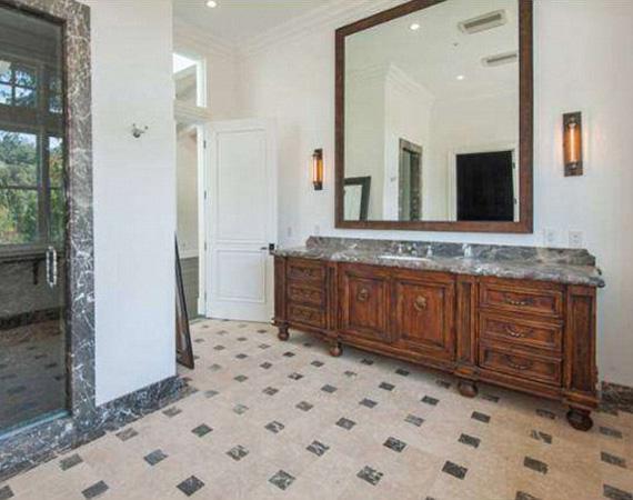 A fürdőszobának is vannak ablakai, mely által szép világos a helyiség, egy hatalmas tükör pedig tovább nagyítja a teret.