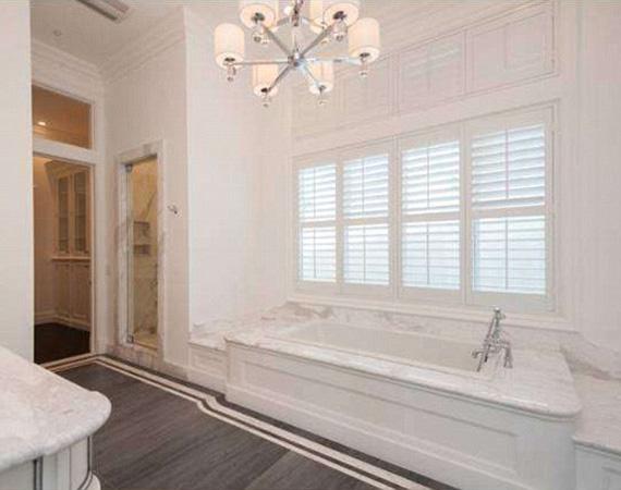 Az egyik hálószobához tartozó fürdőben a fehér szín uralkodik.
