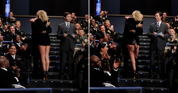 A kis fekete a lépcső aljáról véve mutatta meg igazán a színésznő formás lábait.