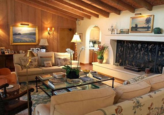 Tágas nappalijában süppedő kanapé szolgálja a sztár kényelmét.