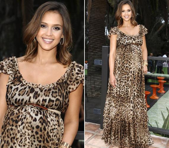 Jessica Alba még szintén babapocakkal döntött a barnás, leopárdmintás alkalmi ruha mellett.