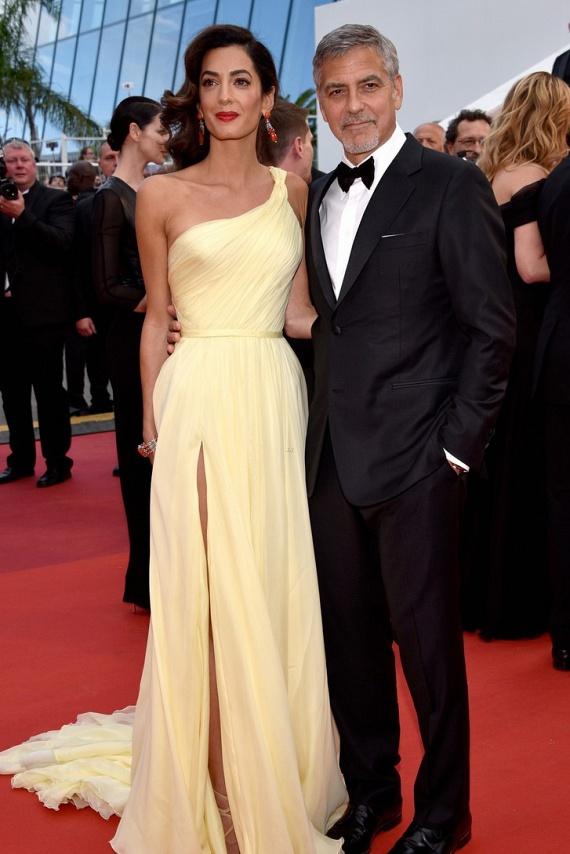 Amal Clooney megvillantotta égig érő lábait ebben a halványsárga estélyi ruhában. Nem csoda, hogy férje ilyen büszke rá, az ügyvédnő magasan kiragyogott a hollywoodi sztárok közül.