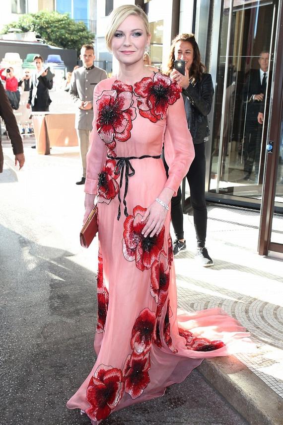 Kirsten Dunst kislányos bababőréhez remekül passzol a ruha rózsás barackszíne. Egyszerre ártatlan és csinos - remek választás volt.