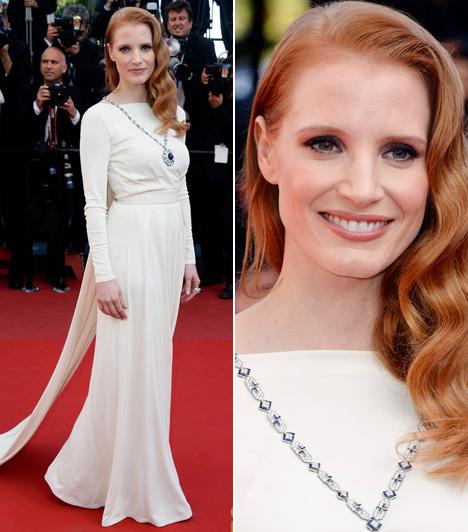 Jessica Chastain                         A Kleopátra premierjére érkezett ebben a fehér Versace ruhában, mely királynői megjelenést biztosított számára és melyet Bulgari ékszerekkel hangsúlyozott.