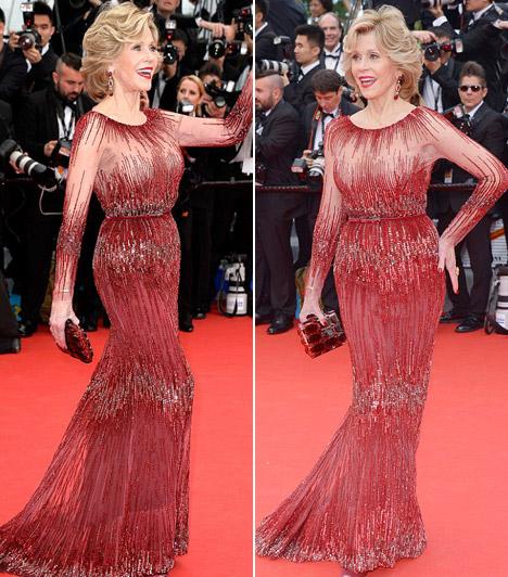 Jane Fonda  A 76 éves színésznő megint leiskolázta a fiatalokat bordó gyöngyös ruhájában.
