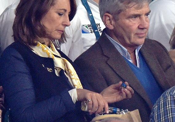 Jól látszik, ahogy Carole a barna papírzacskóban lévő műanyag pohárba tölti magának az italt.