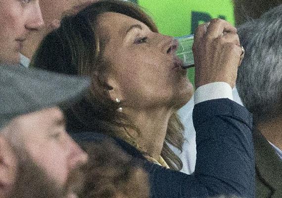 A hercegné édesanyja alaposan a pohár fenekére nézett a meccs állása miatt. Nem is hittük volna, hogy ekkora sportrajongó!