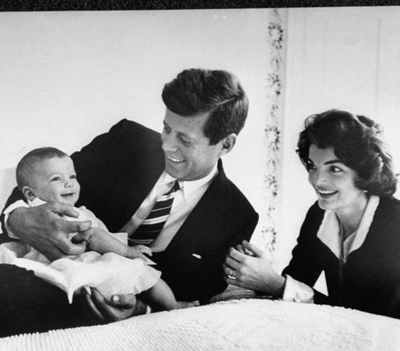 Apja, John F. Kennedy elnök 1963-ban lett merénylet áldozata, amikor Caroline hatesztendős volt.