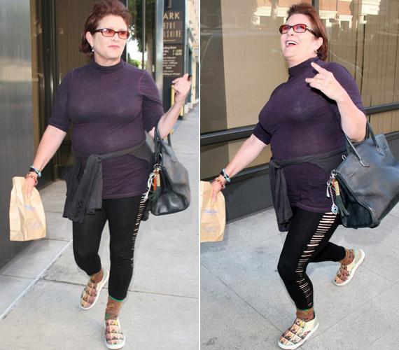 Carrie Fischer szűk felsőben, lyukacsos cicanadrágban lépett az utcára, az összhatáson mintás sportcipője sem sokat javított.