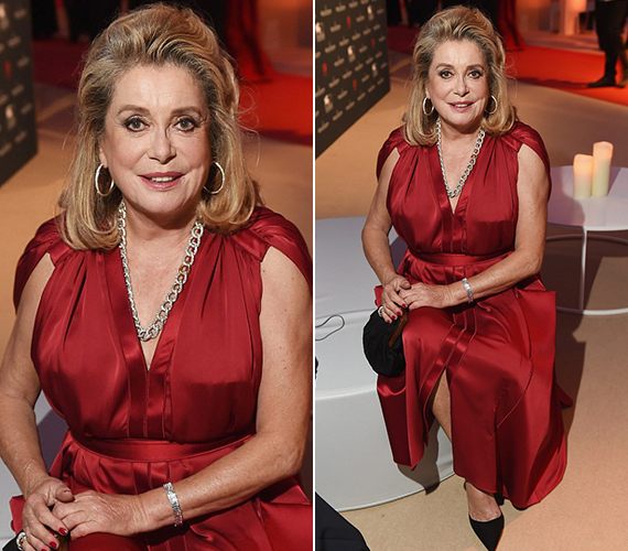 Catherine Deneuve még most, 71 évesen is remek formában van, és nagyon csinos. A vörös ruha tökéletesen állt neki, de a sminkje és a haja is kifogástalan volt.