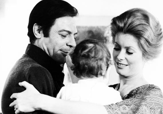 Egy régi családi fotó Catherine-ról, Marcellóról, valamint a kis Chiaráról. Utóbbi azt mondja, szüleit csak a filmvásznon látta egy pártként - ugyanis Deneuve és Mastroinni elváltak, amikor lányuk kétéves volt.