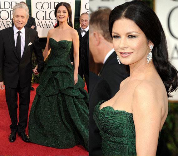 A negyvenes bombázó szereti a letisztult, elegáns ruhákat: a 2011-es Golden Globe-ra ebben a sötétzöld, pánt nélküli ruhakölteményben érkezett.