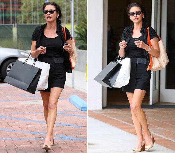 Július 5-én Malibuban örökítették meg a fotósok shoppingolás közben. Ekkor egy rövidebb fazonú fekete ruhát választott, amit övvel és drapp cipővel egészített ki.
