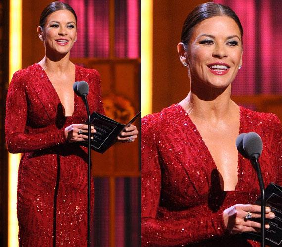 A 2011-es Tony Awards-gálán viselt bordó estélyijét az Elie Saab divatháznál álmodták meg.