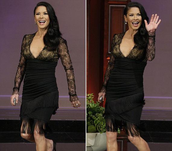 A fölül merészen dekoltált, retró stílusú ruha a derekánál lévő redős résszel jótékonyan eltakarta a színésznő csekély súlyfeleslegét.