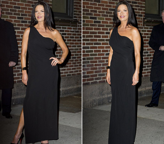 Imádja a fekete ruhákat, nemrég ebben az aszimmetrikus estélyiben kapták le, amely különösen vékonyította.