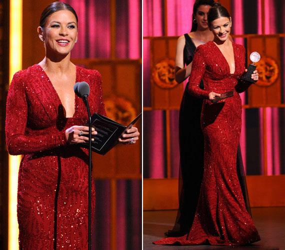 A sztár mindig is kifinomult eleganciájáról volt híres: földig érő vörös estélyiben is gyönyörű volt a 2011-es Tony Awards-gálán.