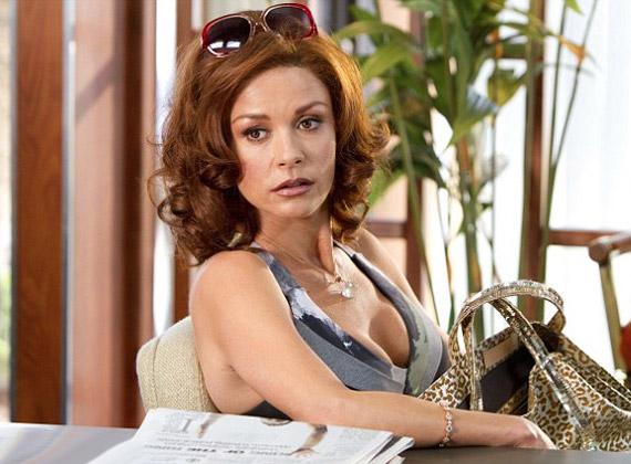 Vörös fürtjeivel nehéz felismerni a színésznőt.