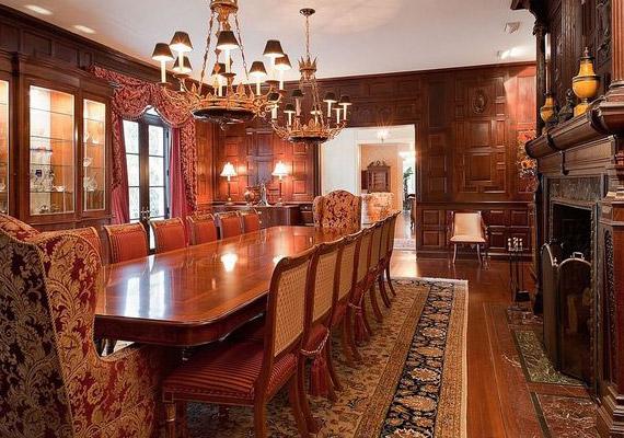 A család gyakran ül össze egy vacsorára, ekkor meglátogatja unokáit Kirk Douglas is, valamint Zeta-Jones szülei is elmennek.