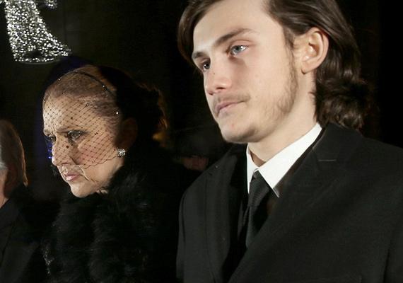 14 éves fia, René-Charles támogatta édesanyját az egész szertartás alatt. Az énekesnő annyira szédült, hogy csak fiába kapaszkodva tudott végigmenni a sorok között.