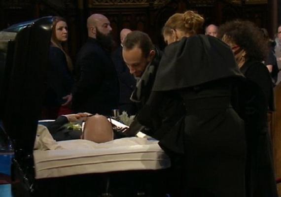 Férje temetését élőben közvetítették, hogy Céline Dion rajongói is osztozhassanak az énekesnő fájdalmában. Itt vett végső búcsút szeretett Renéjétől.