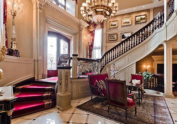 A lépcsők az egész házban bordó bársonnyal vannak borítva.