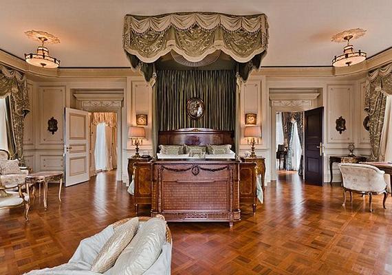 Hat hálószoba van a villában, minden kényelemmel felszerelve.