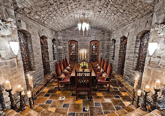 Az alagsorban egy középkori hangulatot árasztó étkező is van.