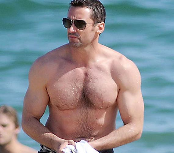 A 44 éves Hugh Jackman olyan gyorsan változik, mint egy kaméleon. Az egyik pillanatban nyüzüge, a másikban pedig egy igazi izompacsirta a sármos férfi.