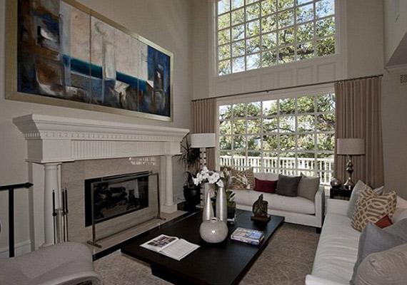A 450 négyzetméteres házban figyeltek arra, hogy minél több ablak legyen.