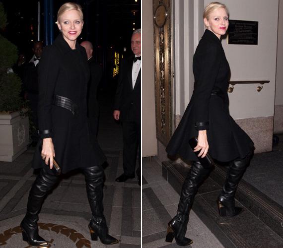 A combközépig érő csizma Versace 2012-es őszi RTW kollekciójából származik, csakúgy mint a fekete szövetkabát.