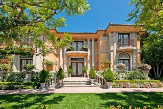 Már kívülről is igazán impozáns: a három szobával és fürdőszobával rendelkező luxusotthon Beverly Hills legnagyobb partiháza.