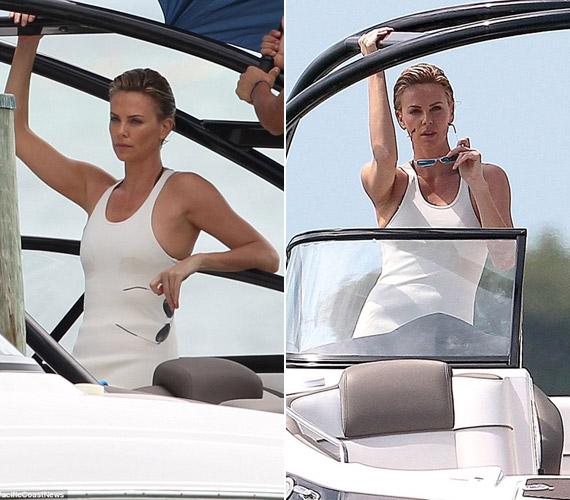 Hófehér ruhában is modellt állt egy motorcsónak kormányánál.