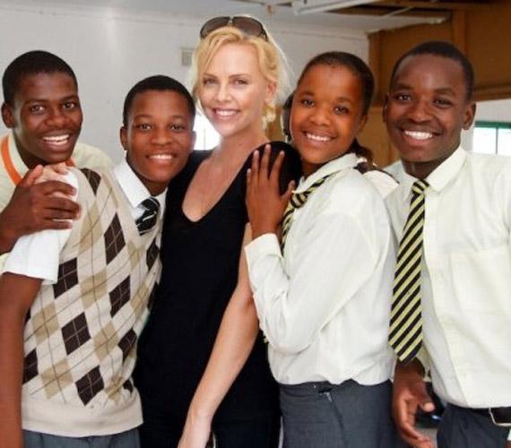 Bárhová megy Afrikában, mindenhol kitörő örömmel fogadják, ami elmondása szerint rengeteg energiával tölti fel.